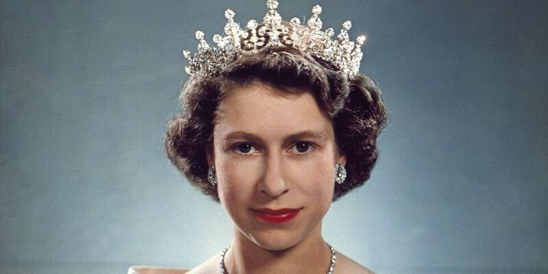 la regina elisabetta con la girl of great britain tiara