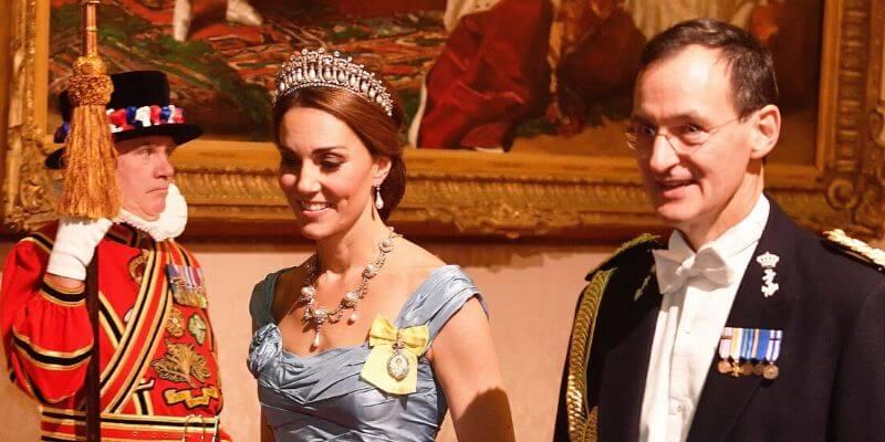 kate middleton indossa la loversknot tiara per un banchetto di stato