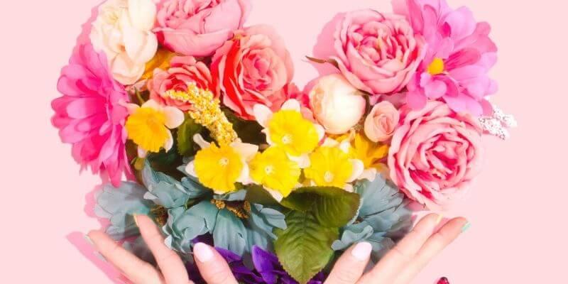 un mazzo di fiori su fondo rosa