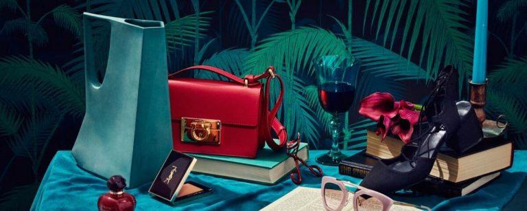 uno still life con una borsa rossa