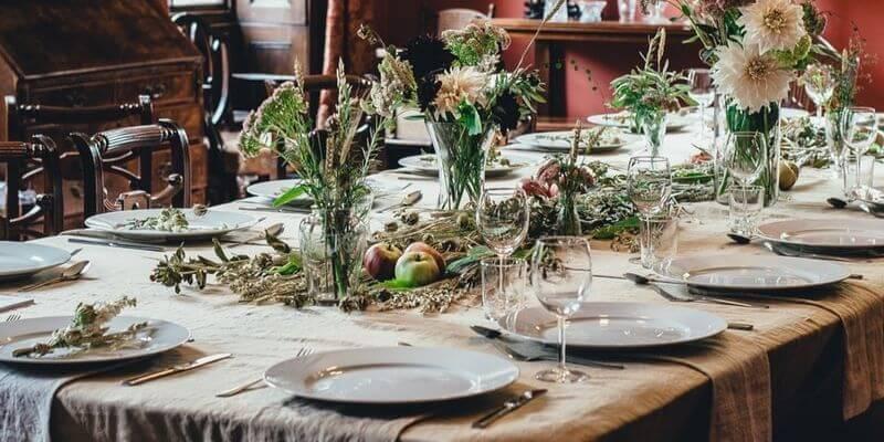 una tavola allestita e decorata con delle mele