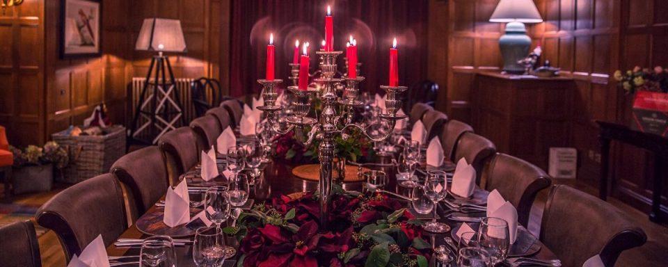 una tavola apprecchiata per natale con candele e stelle di natale