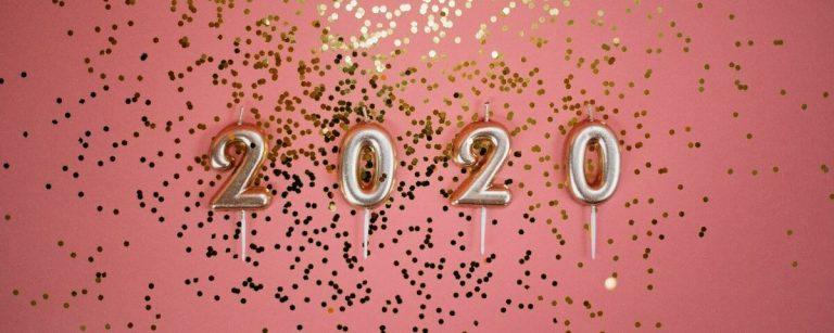 delle candele compongono la scritta 2020