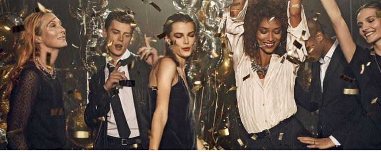 una festa con ragazze e ragazzi che ballano sotto una pioggia di confetti dorati
