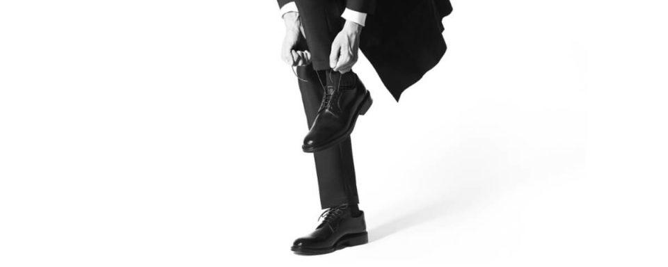 Un uomo si allaccia le scarpe