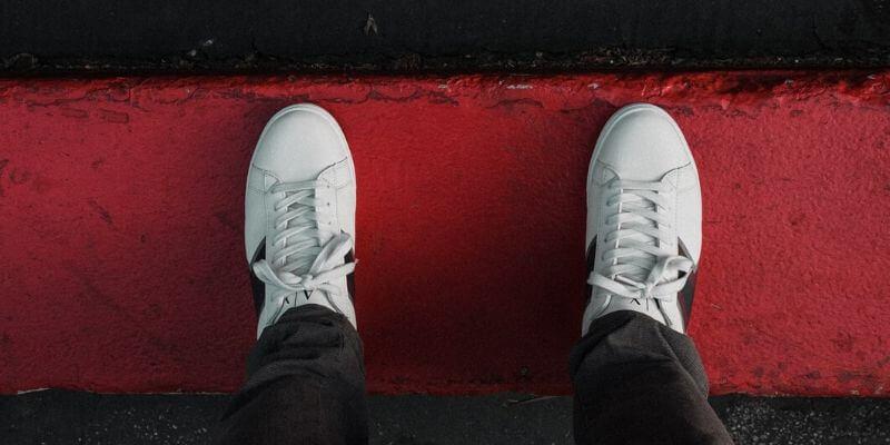 un paio di sneaker bianche molto classiche