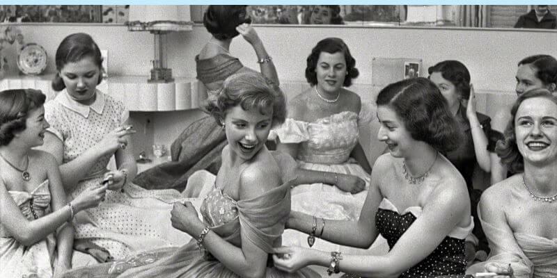 delle ragazze a una festa in casa negli anni '50
