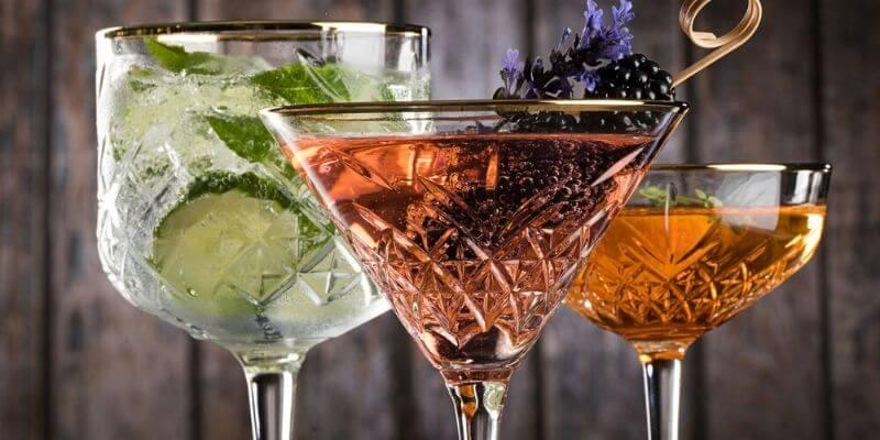 un primo piano di dei bicchieri con cocktail