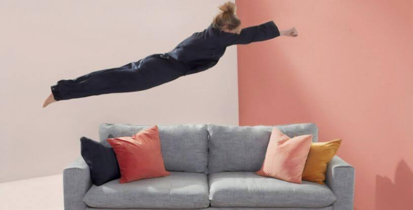 una ragazza si tuffa su un divano