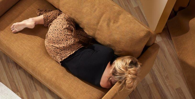 una ragazza su un divano