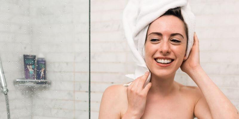 una ragazza esce dalla doccia