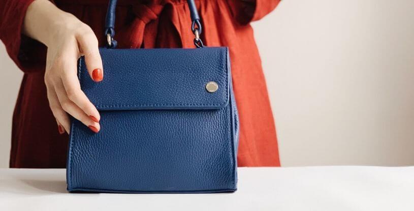 una borsa blu