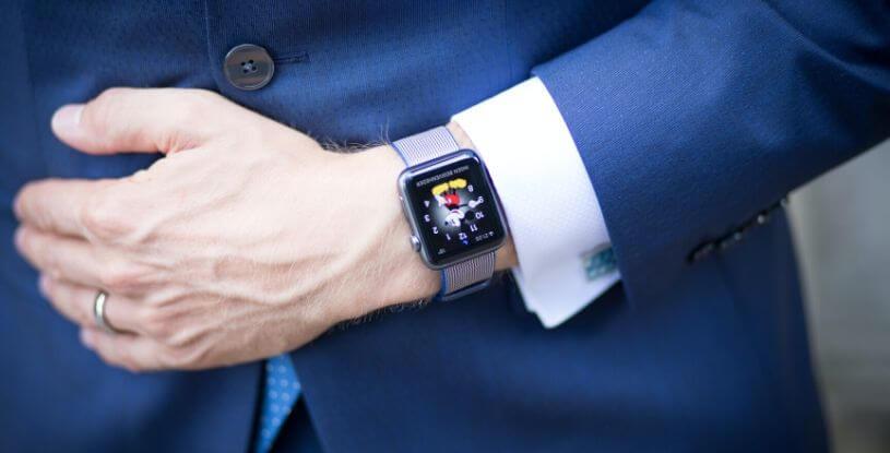 un uomo con lo smartwatch
