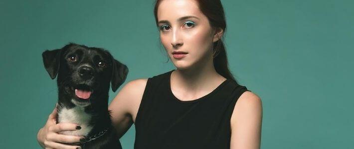 una ragazza col suo cane nero