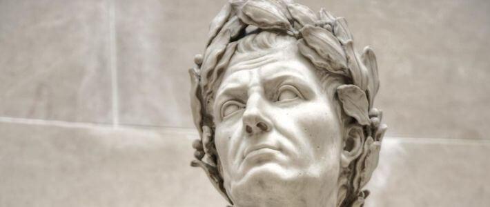 la testa di una statua di giulio cesare