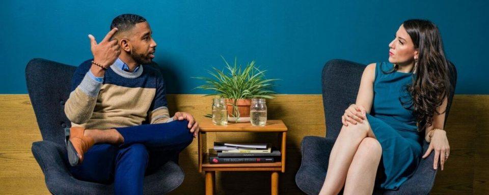 due persone che conversano