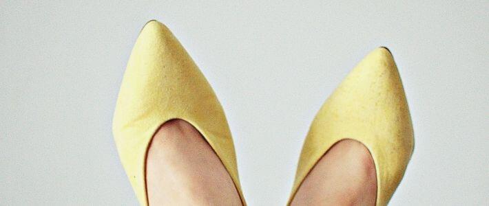 due scarpe a punta gialle