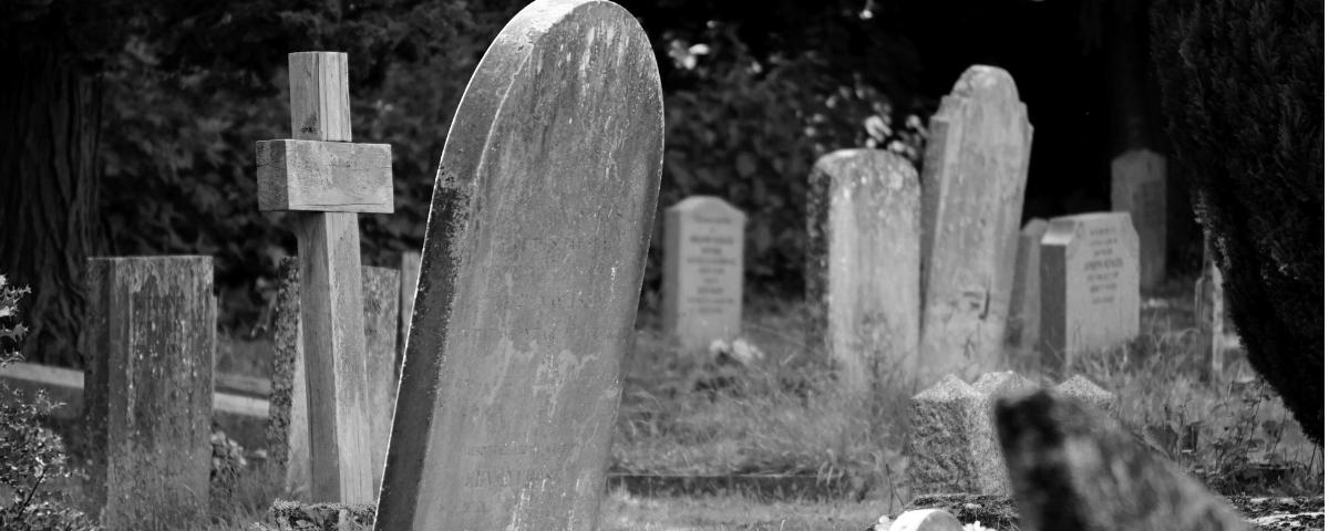 un cimitero in bianco e nero
