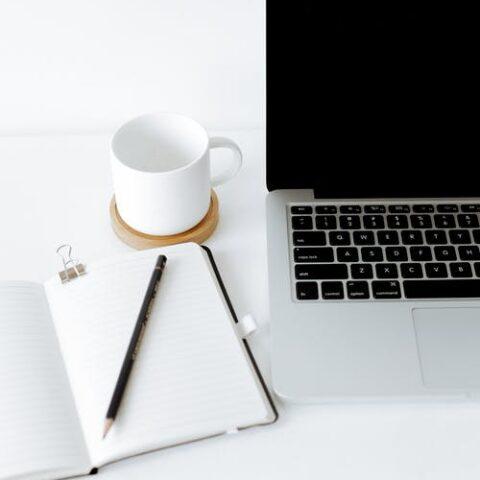 un tavolo con un'agenfa e un computer