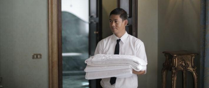 un signore con degli asciugamani puliti