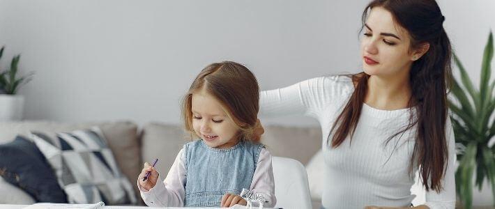 una babysitter con una bambina