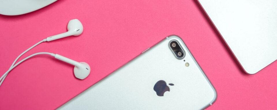 un iphone e delle cuffie