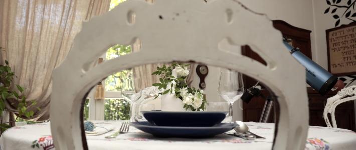 Tavola apparecchiata con piatti blu mise en place basic