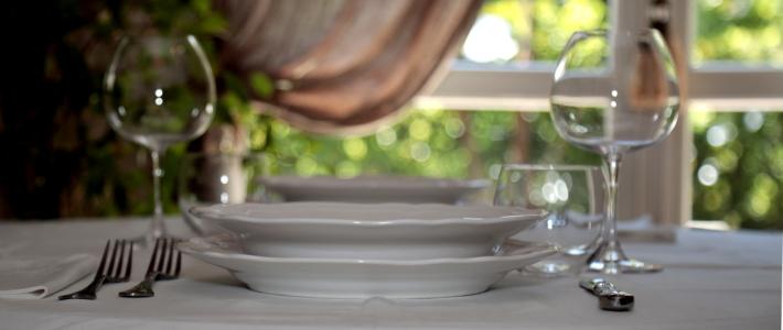 Piatto piano e piatto fondo bianchi per mise en place base