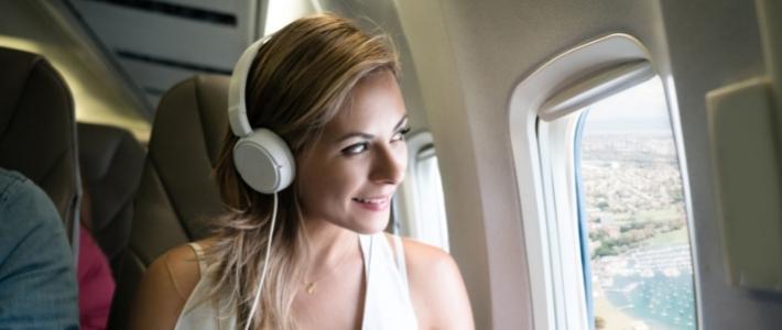come comportarsi in aereo ragazza con le cuffie