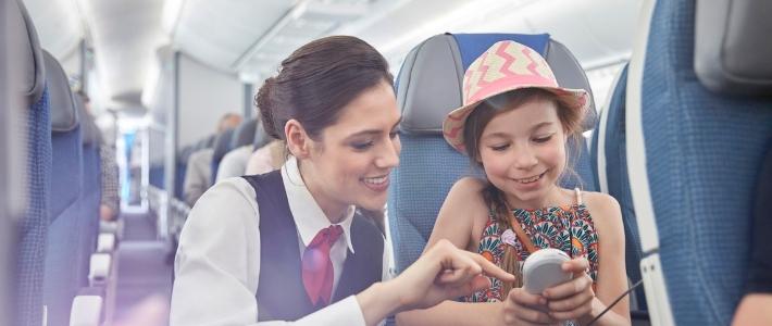 hostess e bambina - galateo in aereo