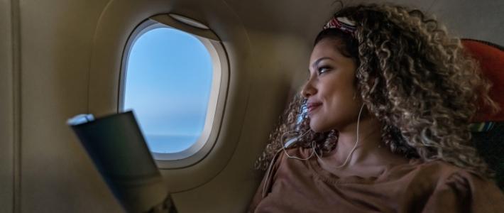 galateo in aereo ragazza con le cuffie