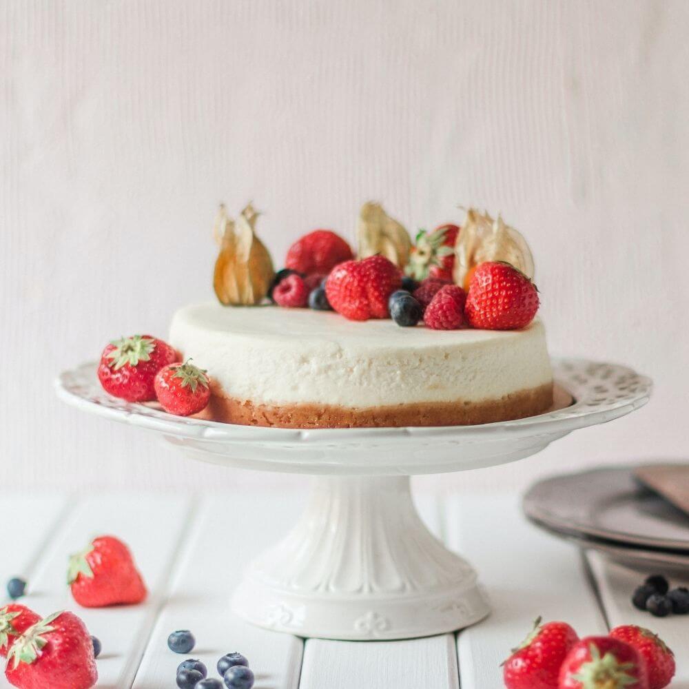 una torta su un'alzatina