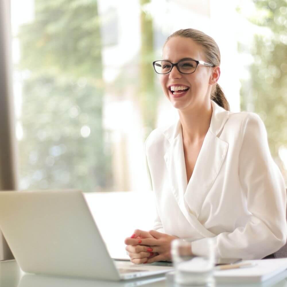 una ragazza alla scrivania per il workshop stile al lavoro