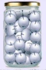 golfballer i syltetøyglass og to kopper kaffe