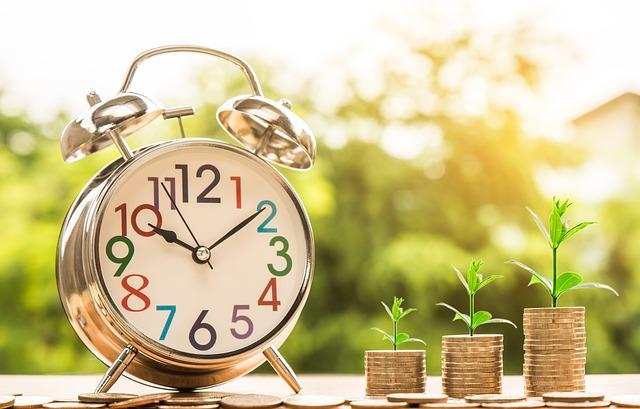 Klokke og stabler med penger. Tid er penger. Hvor mye koster assistert befruktning?