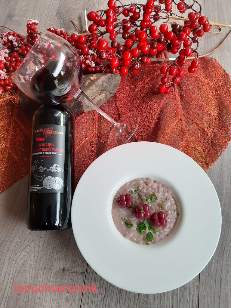 Il risotto preparato con i prodotti tipici delle aziende agricole della Lombardia, il riso coltivato soprattutto nel pavese e la Bonarda, vino tipico locale. L'immagine contiene un messaggio promozionale.
