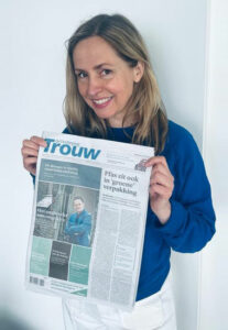 Annelies with newspaper Trouw