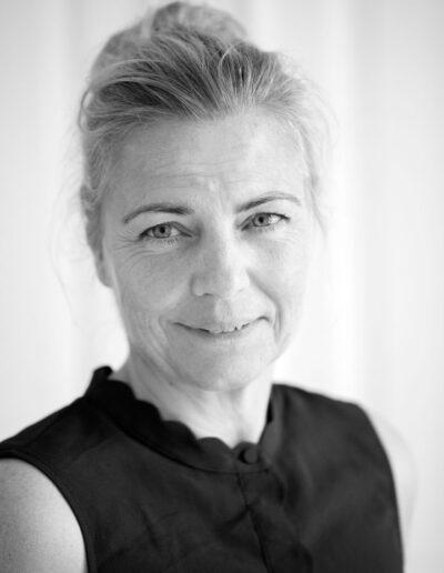 26-kvinde-smiler-portraet-til firmabrug-ersted.photo