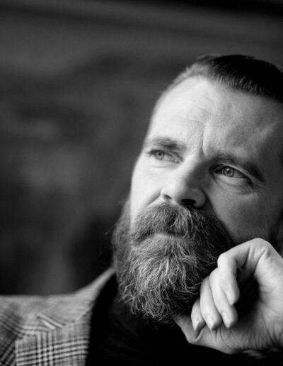 36-portraet-mand-kigger-smilende-til-venstre-ersted-photo
