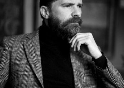 37-portraet-taenksom-skaegget-mand-i 40erne-i-jakkesaet-ersted-photo