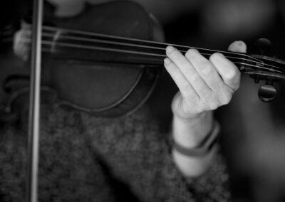 07-close-up-violin-haand-og-bue-ersted