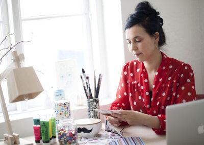 23-kreativ-person-ved-arbejdsbord-portraet-miljoeportraet-sara-minimega-erstedphoto
