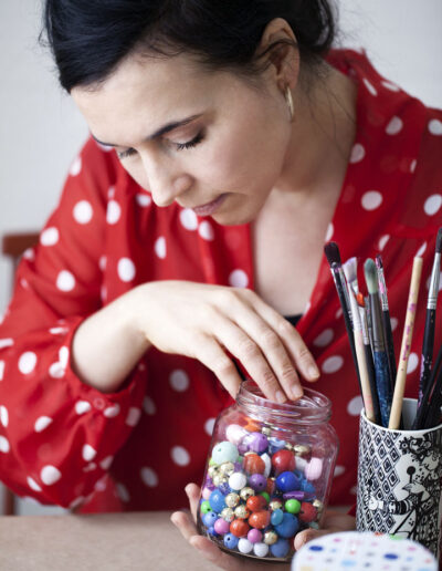24-perler-prikkketbluse-portraet-erhvervsportraet-sara-minimega-erstedphoto