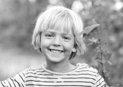 02-miljoeportraet-dreng-smilene-i-busk-erstedphoto