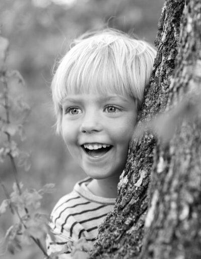 03-portraet-af-barn-der-klatrer-i-trae-boernefotografering-ersted