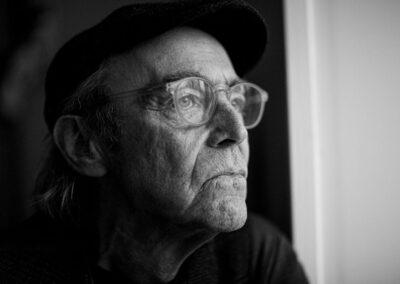 08-portraetfotografi-mand-i-60erne-kigger-ud-ersted