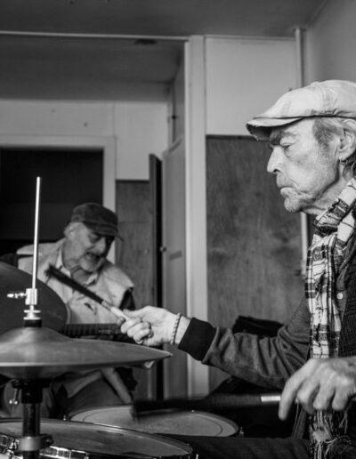 09-portraetserie-mand-i-60erne-spiller-tromme-samspil-ersted