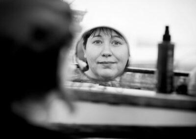 13-portraetfotografi-kvinde-inderdoers-paa-husbaad-ser-sig-selv-i-spejl-ersted