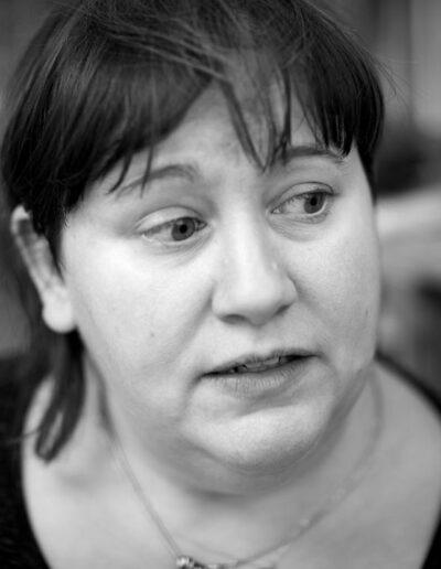 14-portraetfotografi-kvinde-inderdoers-paa-husbaad-taenker-ersted