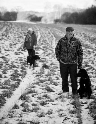 22-mand-kvinde-hund-gaar-tur-i-vinter-landskabet-ersted
